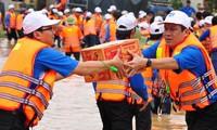 Mengumpulkan derma untuk membantu mengatasi akibat hujan dan banjir.