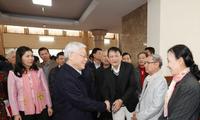 Sekjen Nguyen Phu Trong melakukan kontak dengan pemilih Kota Hanoi