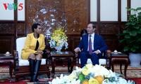 Presiden Tran Dai Quang menerima Duta Besar Afrika Selatan yang datang beraudiensi sehubungan dengan akhir masa baktinya