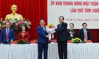 Bapak Hau A Lenh dipilih menjadi Wakil Ketua, merangkap Sekjen Pengurus Besar Front Tanah Air Vietnam angkatan VIII