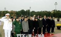 Memperingati ulang tahun ke-88 berdirinya Partai Komunis Vietnam: Pimpinan Partai Komunis Vietnam dan Negara Vietnam masuk mousolium untuk berziarah kepada Presiden Ho Chi Minh