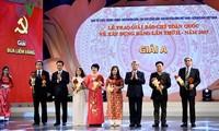 Menyampaikan penghargaan Palu Arit Kuning ke-2 tahun 2017