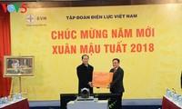 Presiden Tran Dai Quang mengunjungi dan mengucapkan selamat Hari Raya Tet pada malam alih tahun