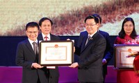 Deputi PM Vuong Dinh Hue menyampaikan keputusan dan piagam pengakuan pedesaan baru di Provinsi Nam Dinh