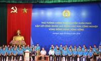 PM Nguyen Xuan Phuc melakukan dialog dengan buruh di zona-zona industri daerah dataran rendah sungai Merah