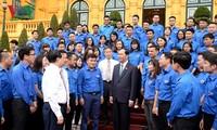 Presiden Tran Dai Quang menemui wakil kaum muda tipikal blok kantor-kantor pusat