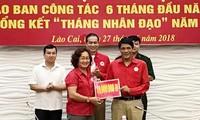 Lembaga Palang Merah Viet Nam terus memberikan pertolongan kepada rakyat di provinsi-provinsi yang menderita kerugian akibat hujan dan banjir