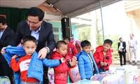 Pimpinan Partai Komunis dan Negara mengunjungi dan memberikan bingkisan kepada para kepala keluarga miskin dan kepala keluarga yang menjumpai kesulitan di daerah-daerah