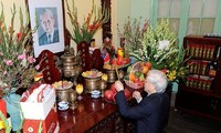 Sekjen, Presiden Nguyen Phu Trong membakar hio mengenangkan mantan Sekjen Le Duan dan Sekjen Truong Chinh