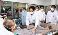 Deputi PM Vu Duc Dam mengunjungi rumah sakit dan buruh lingkungan pada tanggal 30 Hari Raya Tet