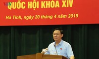 Deputi PM Vuong Dinh Hue melakukan kontak dengan pemilih Provinsi Ha Tinh