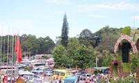 Tempat-tempat wisata menyerap kedatangan banyak wisatawan pada hari-hari perayaan