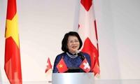 Wakil Presiden Dang Thi Ngoc Thinh menemui mahasiswa dan intelektual orang Viet Nam di Swiss
