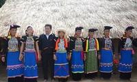 Pakaian dan selendang perempuan dari warga etnis minoritas Si La