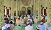 Warga etnis minoritas Cham dari Provinsi An Giang gembira menyambut Hari Raya  Idul Adha atau Hari Raya Haji