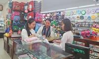 Suasana ramai dalam berbelanja alat belajar untuk tahun ajar baru di Kota Can Tho