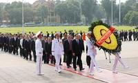 Delegasi utusan Kongres Nasional Front Tanah Air Viet Nam berziarah kepada Presiden Ho Chi Minh