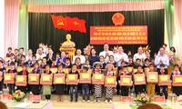Wakil Presiden Dang Thi Ngoc Thinh mengunjungi dan memberikan bingkisan di Kabupaten Mu Cang Chai