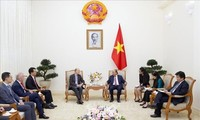 PM Nguyen Xuan Phuc menerima para investor asing