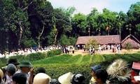 Warga mengunjungi Situs Peninggalan Sejarah Kim Lien untuk mengenangkan Presiden Ho Chi Minh sehubungan dengan Hari Raya Tet 2020