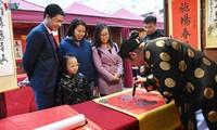 Ribuan orang mengunjungi Kuil Sastra Van Mieu-Quoc Tu Giam untuk meminta huruf pada awal tahun baru