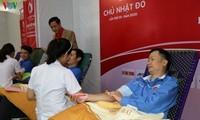 Warga menyumbangkan darah pada Hari Raya Tet 2020