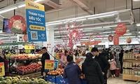 Banyak toko serba ada dibuka untuk melayani warga pada tanggal 2 Hari Raya Tet 2020