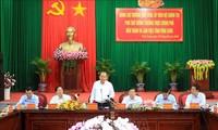 Deputi Harian PM Truong  Hoa Binh melakukan kunjungan kerja di Provinsi Vinh Long