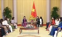 Wakil Presiden Dang Thi Ngoc Thinh menerima Kelompok Perempuan Komunitas ASEAN
