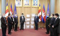 Menghadiahkan peralatan medis melawan wabah Covid-19 kepada rakyat Kamboja