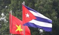 Menyampaikan surat Sekjen, Presiden Nguyen Phu Trong dan bingkisan kepada Kuba untuk melawan wabah Covid-19