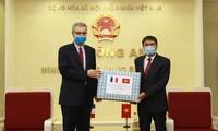 Kementerian Keamanan Publik menghadiahkan masker kepada Kementerian Dalam Negeri Perancis untuk mencegah dan memberantas wabah Covid-19