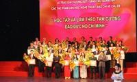 """Acara menyampaikan hadiah dan menyosialisasikan karya seni-sastra dan pers menurut tema """"Belajar dan bertindak sesuai dengan pikiran, moral dan gaya Ho Chi Minh"""