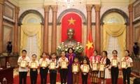 Wakil Presiden Dang Thi Ngoc Thinh menemui rombongan anak-anak baik Paman Ho