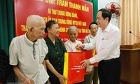 Ketua Pengurus Besar Front Tanah Air Viet Nam memberikan bingkisan kepada keluarga-keluarga yang mendapat kebijakan prioritas di Provinsi Ha Tinh