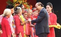 PM Nguyen Xuan Phuc menghadiri pertemuan dengan 300 Ibu Viet Nam Heroik seluruh negeri