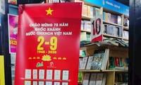 """Pameran buku dengan tema: """"Memperingati ulang tahun ke-75 Hari Nasional Republik Sosialis Viet Nam"""""""