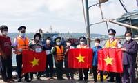 Polisi Laut Berjalan Bersama dengan Nelayan Kabupaten Pulat Bach Long Vi