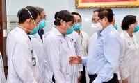 PM Pemerintah Berikan Piagam Pujian kepada Kolektif, Individu  yang Mencapai Prestasi Terkemuka dalam Pencegahan dan Penanggulangan Wabah Covid-19