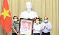 Presiden Nguyen Xuan Phuc Menemui Orang-Orang Tipikal Cabang Pertekstilan Viet Nam