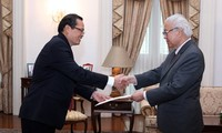 Vietnamese ambassadors to Singapore, France present credentials