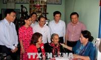 Líder parlamentaria de Vietnam visita a familias con méritos revolucionarios en el sur