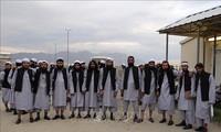 Afganistán libera a 100 talibanes presos