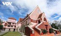 Descubrir la hermosa iglesia rosada en Da Lat