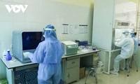 Profesionales sanitarios trabajan con ahínco en la lucha contra el covid-19