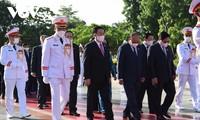 Líderes del Partido y el Estado rinden homenaje a héroes y mártires