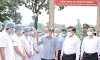 El presidente vietnamita visita las fuerzas anti-epidémicas de primera línea en Hanói