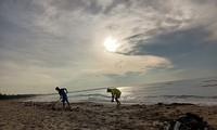Trabajo voluntario por mantener limpia y hermosa la playa de Doi Duong
