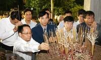 ベトナム建国の祖「フン王」に線香を手向ける儀式