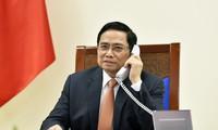チン首相、シンガポール首相と電話会談
